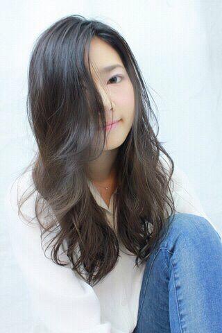 清楚系黒髪からのアッシュグレーグラデのウェーブヘアの髪型 - StylistD