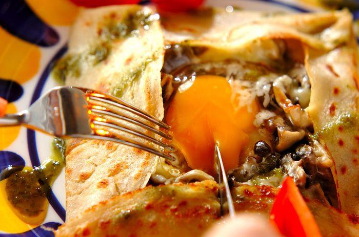 ハーブの香りがきいたいろんな種類のキノコに、とろとろたまごとチーズがからまってたまりません!朝から贅沢な朝食はいかがですか?