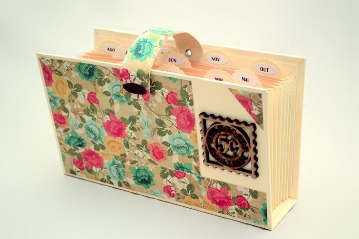 Porta-documento confeccionado com papel de scrapbooking, possui divisórias mensais que facilitam o arquivamento. Ideal para a organização de documentos pessoais, contas, papéis diversos, etc....