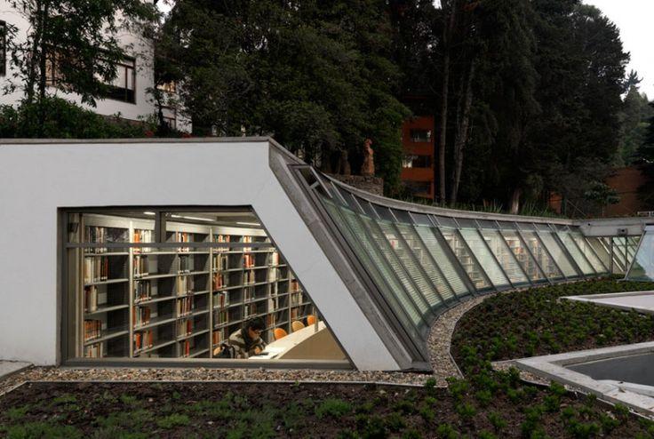 Biblioteca de Economía de la Universidad de Los Andes. Bogotá, Colombia. Daniel Bermúdez Arquitecto. Claraboya y cubierta verde.