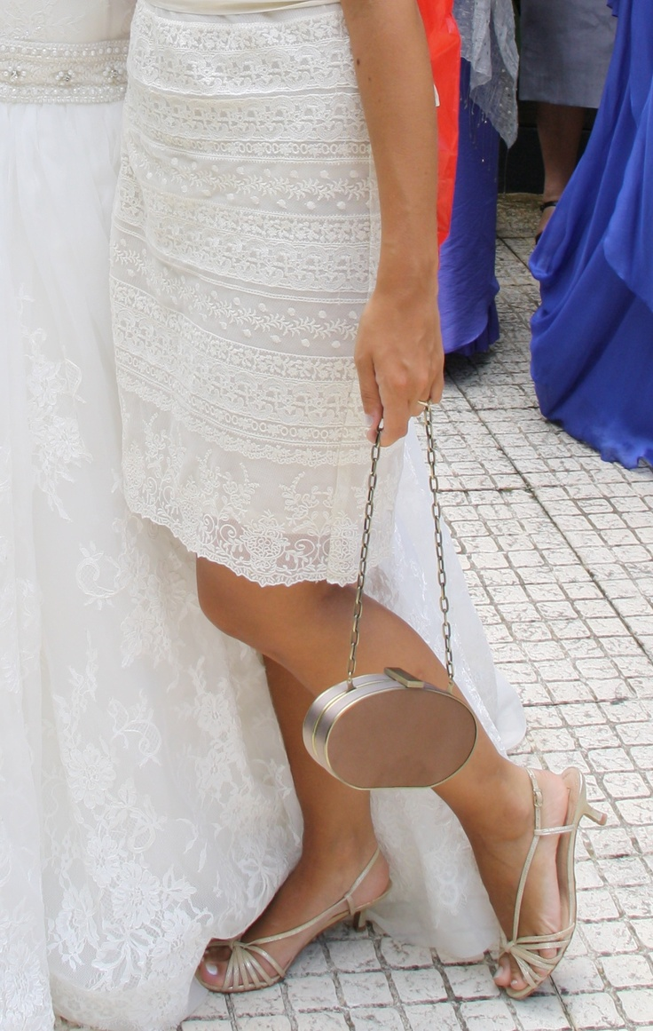 Dress in lace (Massimo Dutti), golden sandals (Massimo Dutti) and golden clutch (Adolfo Dominguez).