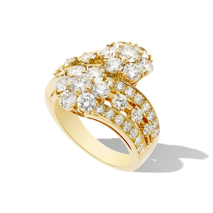 Inspired by the Maison's Cristaux de Neige (Snowflake in French) motif from the 1940s, Snowflake offers a dazzling sense of purity. This ring is composed of two intertwined diamond flowers set in yellow gold.