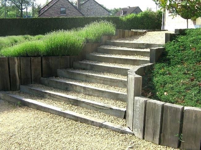 Escalier Jardin Exterieur Escalier Et Bordures Avec Traverses De Chemin De Fer Traitaces Autoclave S Escalier De Jardin Amenagement De Jardin Terrasses Jardins