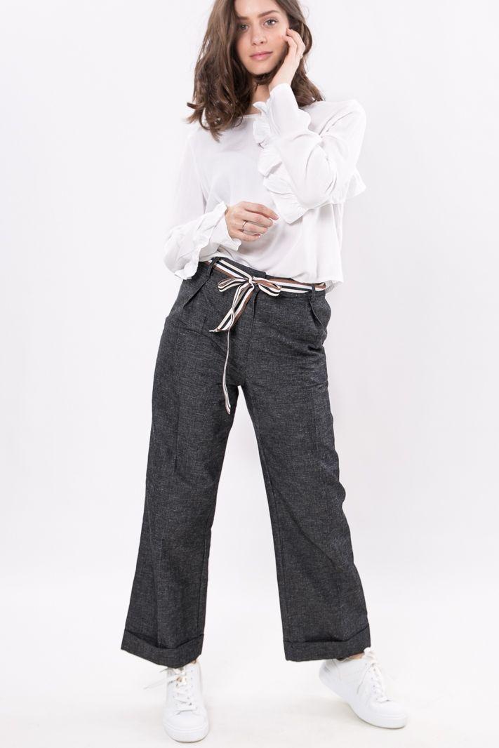 Pantalone alla caviglia a fondo ampio, vita alta, in lino-jeans dalla linea morbida, con una deliziosa cintura a righe in vita. Presenti 4 tasche, quelle sul davanti a filo aperte, dietro chiuse.    #DANI #danishop