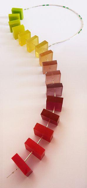 escala cromática. collar en bloques de resina, canitillos de plata y cable de  acero by Vania Ruiz,Casa Kiro Joyas , via Flickr
