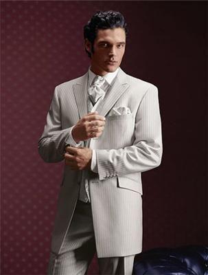 Серый свадебный костюм с сорочкой