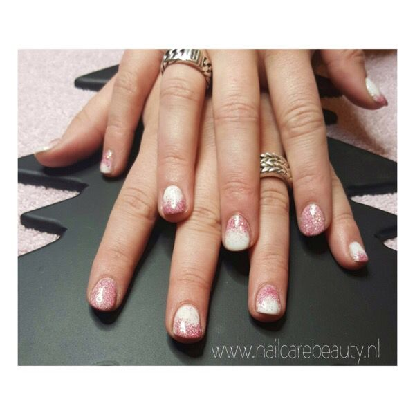 (Gelpolish, witte gelpolish met roze glitters van Wow! Embossig glitter. €15,-) www.nailcarebeauty.nl NailCareBeauty@hotmail.com 0612672698