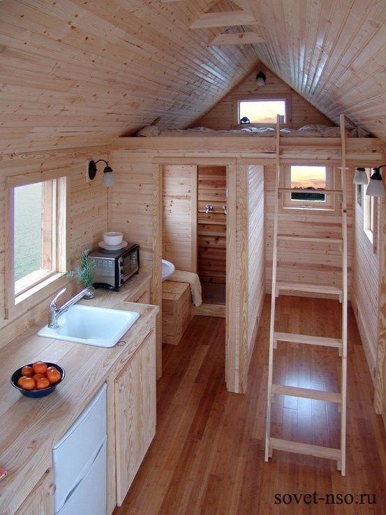 Небольшое спальное место на чердаке загородного дома