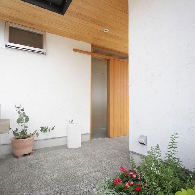 玄関アプローチに植栽配して 四季折々の自然を楽しむ玄関前にある白い