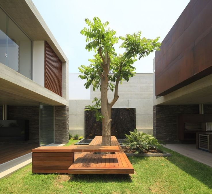 enclosed courtyard / La Planicie House Ii / Oscar Gonzalez Moix
