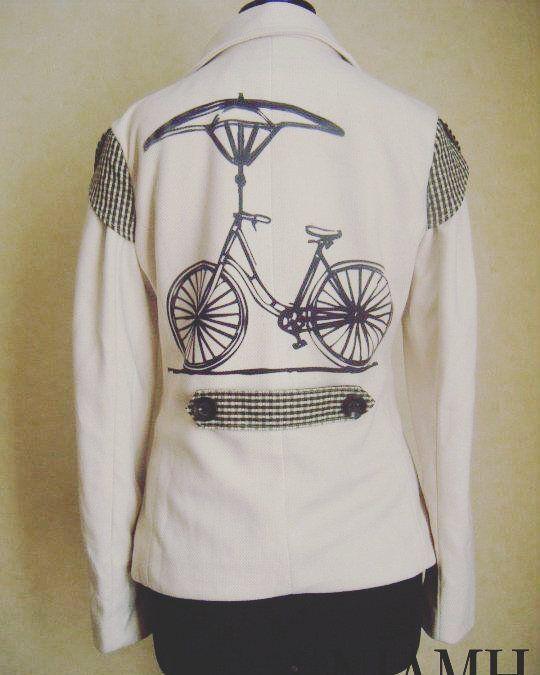 """Blazer """"Mary Bike"""" en lanilla blanco invierno con aplicaciones de cuadrillé blanco y negro  estampado  botón mini rueda de bicicleta. A medida y por tallas. #blackandwhite #biker #ivory #diseñochileno #antimall"""