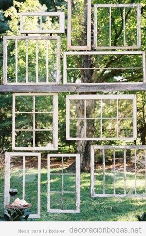 Decoración original boda jardín con marcos de ventanas antiguas