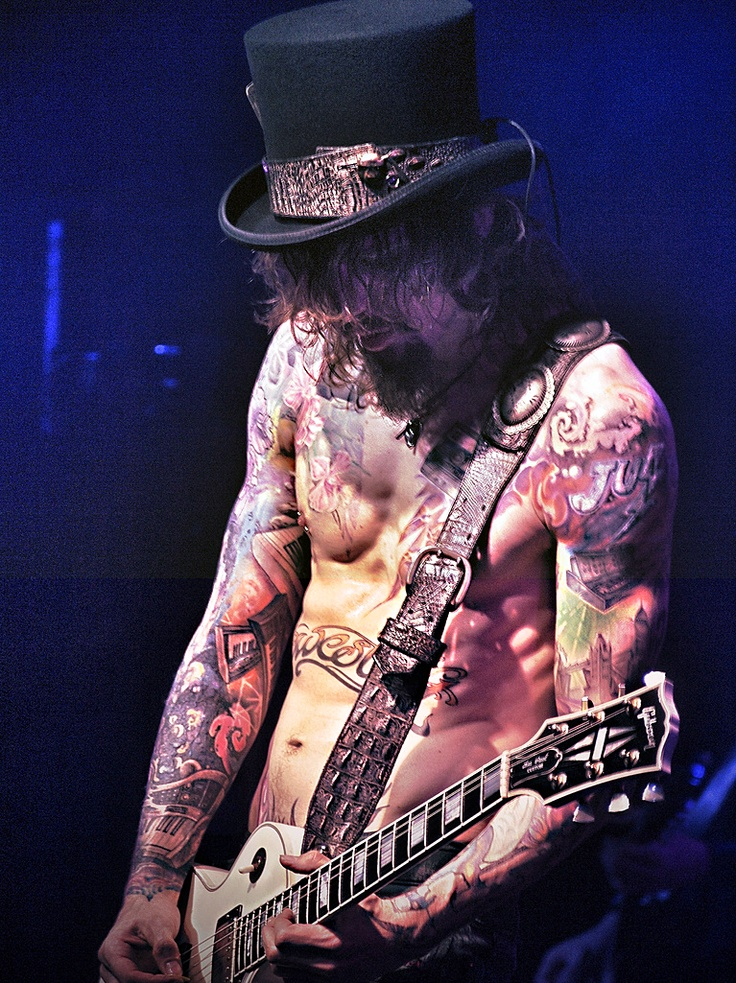 front row experience ♥ the darkness : i made justin hawkins laugh with my clever poster haha
