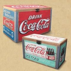 """Seguro que reconoces la frase...""""es un secreto tan bien guardado como el de la Coca-Cola"""". Para que guardes lo que quieras, tienes este set de cajas Coca-Cola, de madera y metal, que evocan el pasado con cierta nostalgia. Inspiradas en los años 50, están escrupulosamente hechas al detalle. Muy decorativas, también te servirán como joyero, para fotos, cartas..."""