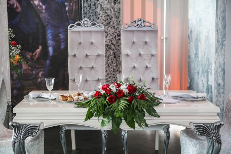 Оформление свадебной композиции на президиум.  #оформлениесвадьбы #оформление #красиваясвадьба #необычнаясвадьба #декор #дизайн #свадьбамосква #банкет  #букетневесты #флористика #композиция