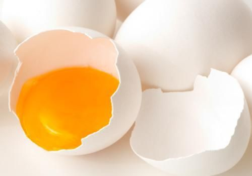 Glowing Skin Diet: Biotin | Biotin is a B vitamin that aids skin-cell turnover. Biotin deficiency, though rare, can result in scaly skin. Eggs (especially the yolk) are an excellent source of this vitamin, as is liver. Although there is no RDI, or recommended daily intake, for biotin, most experts suggest adults get about 30 micrograms (mcg) each day. -- MedHelp.org