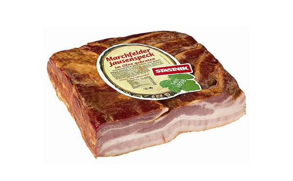 Der herzhafte MarchfelderJausenspeck wird nach alter Tradition im Gerasdorfer Traditionsbetrieb Statstnik aus ausgesuchten mageren Schweinebäuchen hergestellt. Das Rohprodukt wird trocken gesalzen, mild gewürzt und anschließend in spezielle Formen gepreßt. In den Stastnik Kombikammern werden die Bäuche dann 5 Stunden schonend gegart und anschließend über Buchenholz bekömmlich und zart geräuchert. Dabei erhält dieses Produkt seine unvergleichliche Mürbheit und sein mildes Aroma…