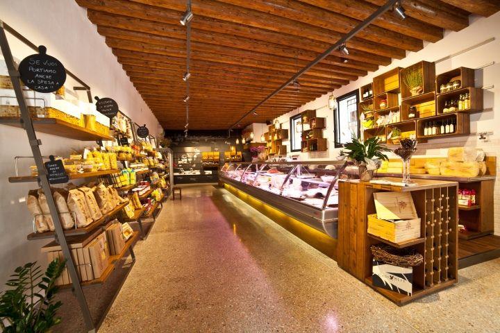 Прекрасный продуктовый магазин El Bocon del prete в Италии