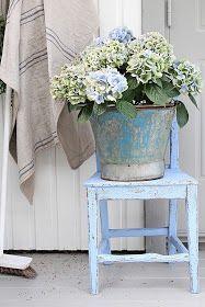 Ja i år har jeg det enkelt pyntet   her ved inngangs døren.   Jeg liker det mer   og mer enkelt kan jeg merke...   En vakker blå stol og...