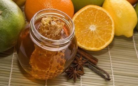 1-й рецепт исцеления: лимон, мед и грецкие орехи: Необходимо один стакан очищенных грецких орехов и один лимон измельчить, добавить стакан натурального меда, тщательно перемешать. Принимать целебное …