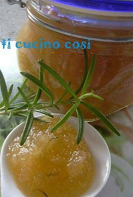 Confettura di mele pinoli rosmarino 1 KG MELE GOLDEN 600 GR ZUCCHERO 100 GR PINOLI 2 RAMETTI DI ROSMARINO Tostare i pinoli. Sbucciare mele e tagliare a pezzi. Metterle nel pentolone con lo zucchero e fare macerare x 6 ore. quindi cuocere.Dopo 10 m aggiungere le foglie di rosmarino tritate grossolanamente e i pinoli. Continuare la cottura fino al raggiungimento della consistenza desiderata. (all'incirca ha cotto per 20 minuti circa). Invasare quando è ancora caldo e rovesciare i barattoli.