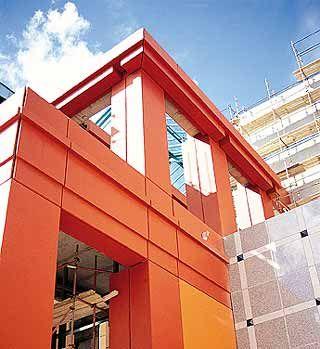 Painéis arquitetônicos de GFRC (concreto reforçado com fibra de vidro) da Pavi. As peças são mais esbeltas e mais leves, dispensando equipamentos pesados para a montagem