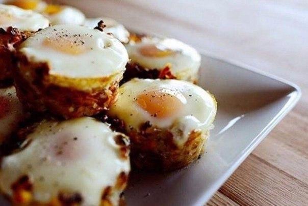 Картофельные корзинки с яичницей-глазуньей  Ингредиенты:  Картофель (средний) — 6–8 шт. Соль и перец по вкусу Яйца куриные — 24 шт.