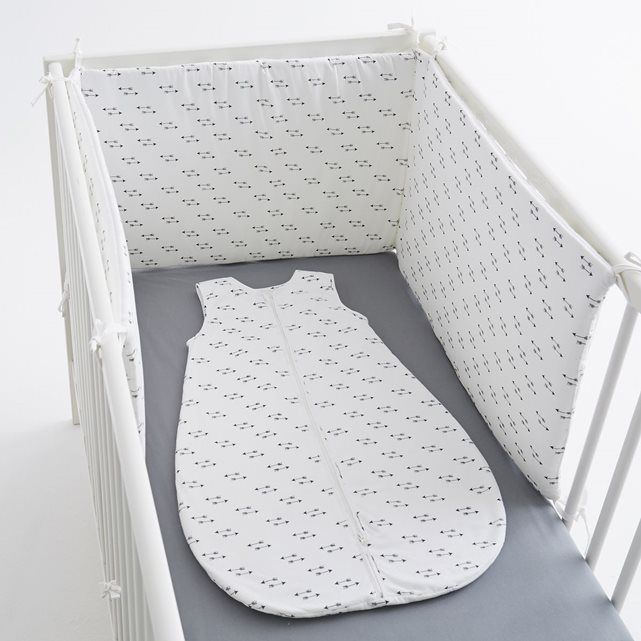 """Le tour de lit """"flèche"""" en pur coton percale. 3 panneaux à fixer au lit par des liens à nouer. Dimensions : 40 x 180 cm.    Ce tour de lit est adaptable aux lits à barreaux 60 x 120 cm et 70 x 140 cm."""
