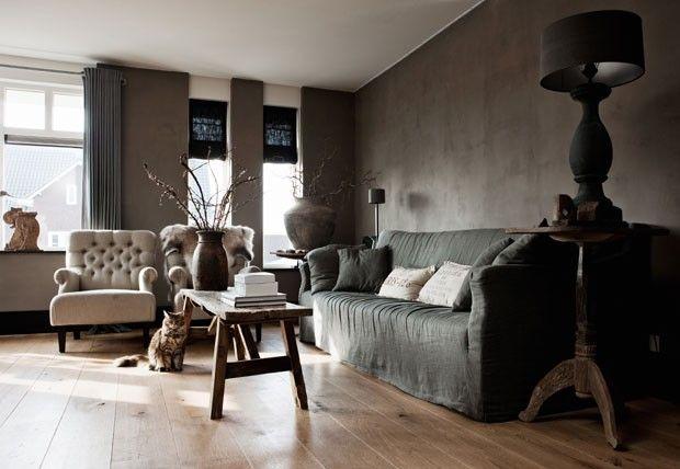 No concreto e outras texturas, sofisticação. Estar holandês - o acabamento das paredes é um rústico concreto aparente, o piso é composto por largas tábuas sem finalização envernizada. Escolha de uma palheta simples de cores, privilegiando os cinzas e a madeira, e o estilo dos móveis, rústicos ou art déco. Ao lembrar as decorações palacianas é fácil perceber a apropriação destes mesmos recursos.