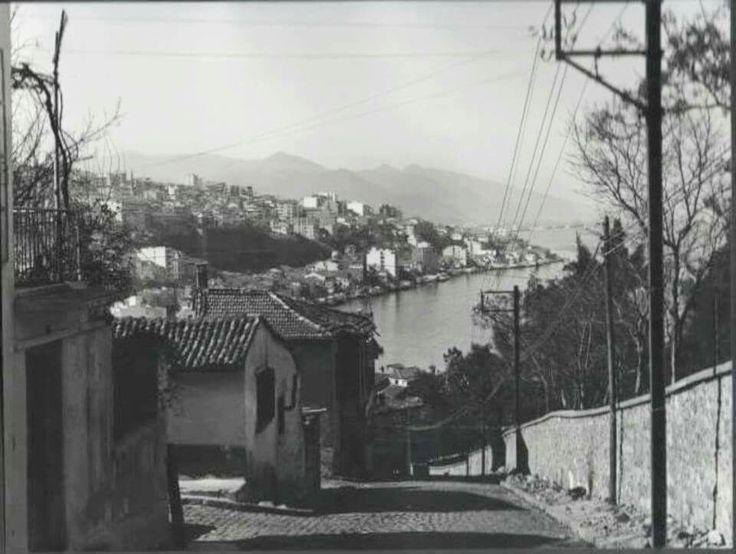 İzmir Kız Lisesi yokuşu, İngiliz Bahçesi ve Yahudi Hastanesi solda.
