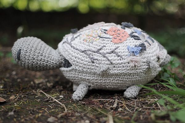 Miga de Pan creation--great blog for amazing mix of crochet and embroidery