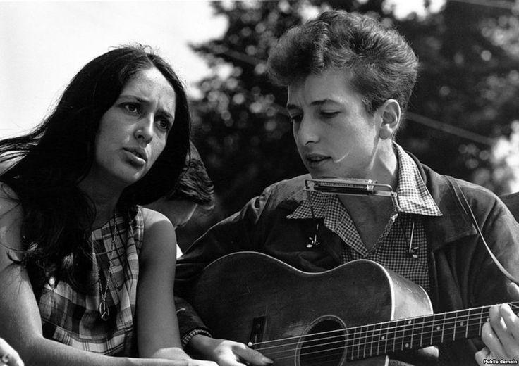 """Дилан с певицей Джоан Баэз во время """"Марша на Вашингтон за работу и свободу"""" в августе 1963 года."""