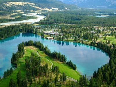 「美しい緑」という意味のボベール湖を中心に、広大な敷地にキャビンが点在(C)FairmontHotelsandResorts