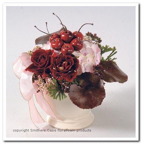 Benodigdematerialen:  Rozen, Hortensia, kersen, groen. Lint, parelspeld bloempot en stukje steekschuim      Voorbeelden Bloemschikken Oa...