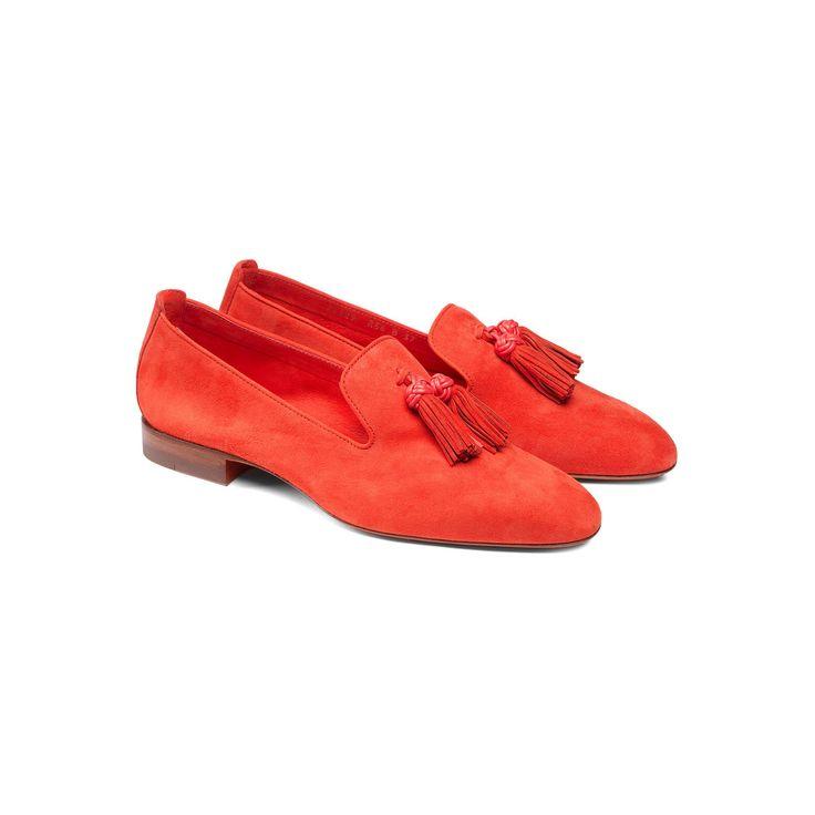 Mocassino in suede nelle tinte audaci del rosso aragosta, con suola in cuoio. Il modello dal tono deciso presenta un profilo affusolato che ne denota l'eleganza, con nappine applicate che completano il design fascinoso.