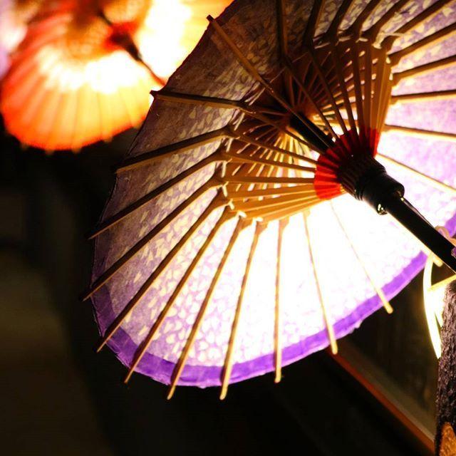Instagram【oriinu】さんの写真をピンしています。 《* 夢風ひろばさん@yumekazehiroba 「和傘灯篭回廊」 . なら瑠璃絵と同様、 三脚とバズーカレンズ😲持った 先輩方がちらほら。 和傘を裏から撮ってて、真似る。 . . #canon#eoskissx8i #デジタル一眼レフ#デジイチ#カメラ女子#カメラ修行#お写んぽ#ふたりお写んぽ#奈良#nara#なら瑠璃絵#夢風ひろば#イルミネーション#夜景#和傘#和傘灯篭回廊》