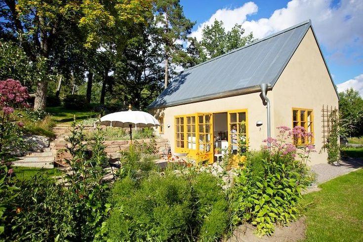 Casa pentru mama pe același teren. Are doar 40 mp și o grădină de vis