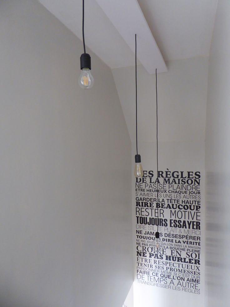 """Vue lumière descente d'escalier avec sticker murale """"Les règles de la maison..."""""""