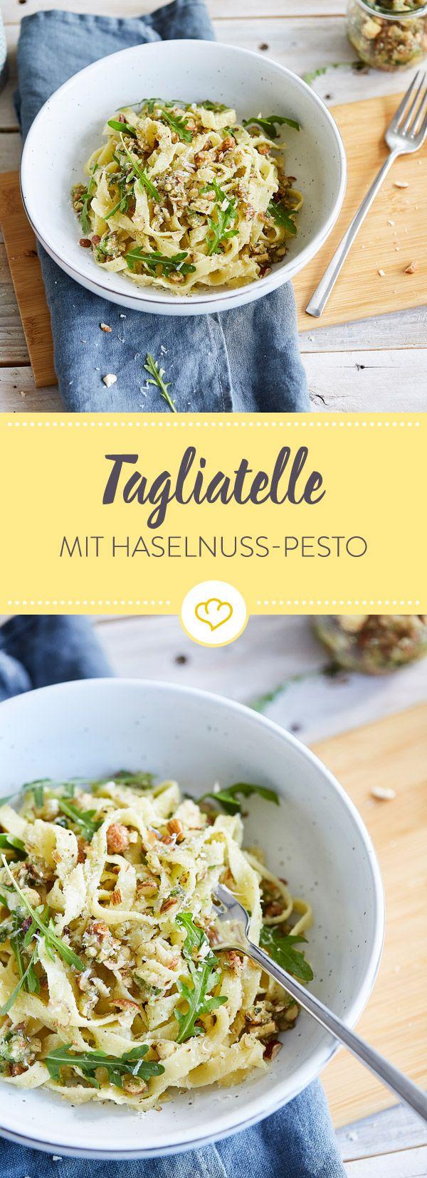 Nach Feierabend lassen sich quirlige Tagliatelle mit nichts lieber vermengen, als mit Haselnuss-Pesto, Rucola und Parmesan.