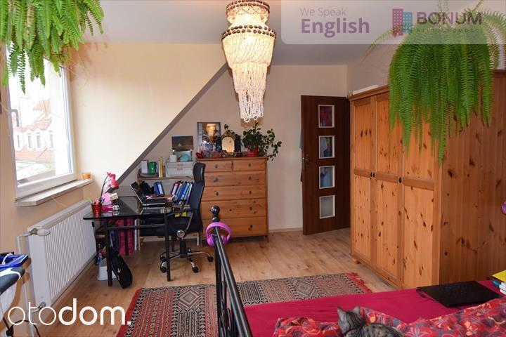 Odkryj ten 4 pokojowy dom na wynajem w miejscowości Wrocław, Hufcowa, za cenę 3 500 zł/miesiąc. Ten dom na wynajem, położony na działce o powierzchni 240 m² ma 175,53 m² powierzchni użytkowej i 175,53 m² powierzchni całkowitej. Biuro nieruchomości  jako najważniejsze zalety mieszkania wymienia: piwnica, umeblowanie, garaż. Otodom 46092012