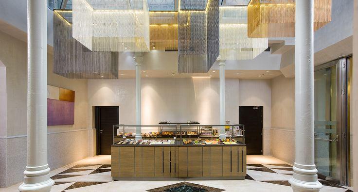 Diseño de la recepción y lobby de un hotel cinco estrellas