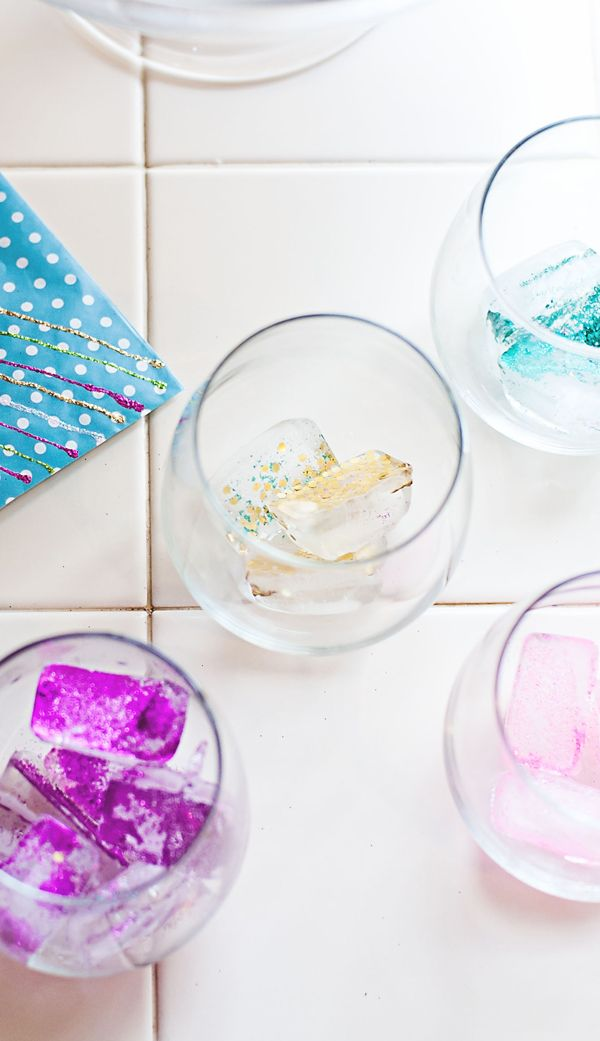 DIY GLITTER ICE CUBES! With edible glitter! New Year's Eve party menu / cocktail idea, wedding cocktail, or a little girl's princess party! This is amazing!