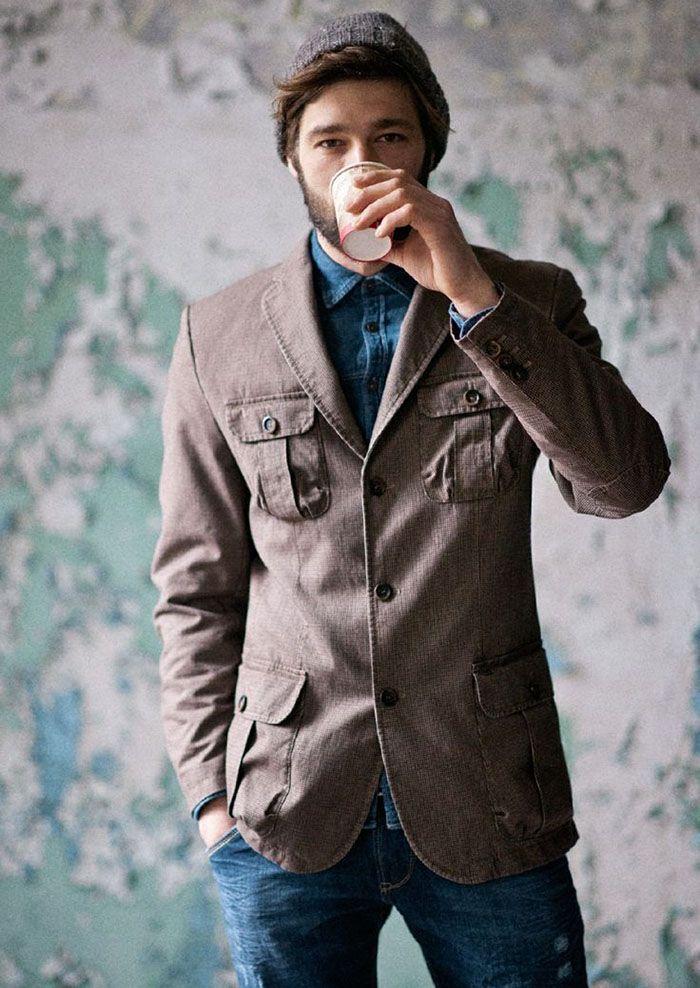 Uma jaqueta combinada com peças totalmente fora da moda militar masculina, mas muita elegância.