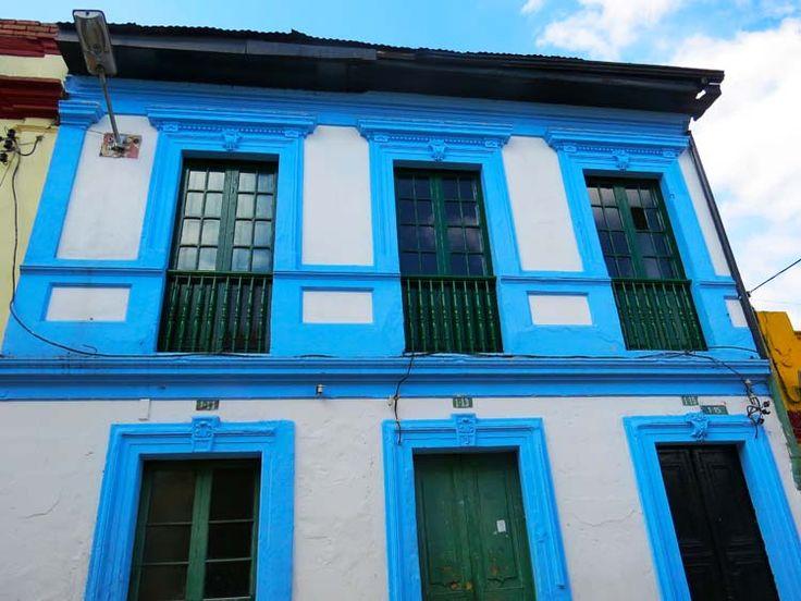1. Arquitectura de la Candelaria: Casa azul en la carrera primera con Calle 13 a, bajando al Chorro de Quevedo.