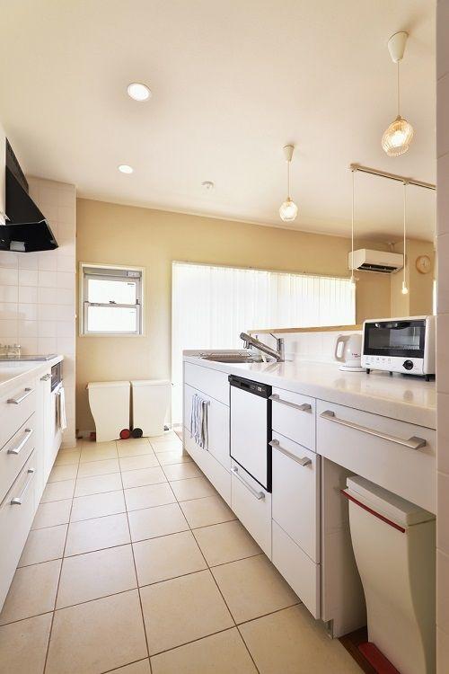 リビング・ダイニングの家族と会話をしながら料理がしたい、という奥様。キッチンは2列型にし、使い方を入念に打ち合わせる事で収納力を確保しました。 専門家:株式会社 夢工房が手掛けた、家族の姿が見えるキッチン(子供が走り回る家)の詳細ページ。新築戸建、リフォーム、リノベーションの事例多数、SUVACO(スバコ)
