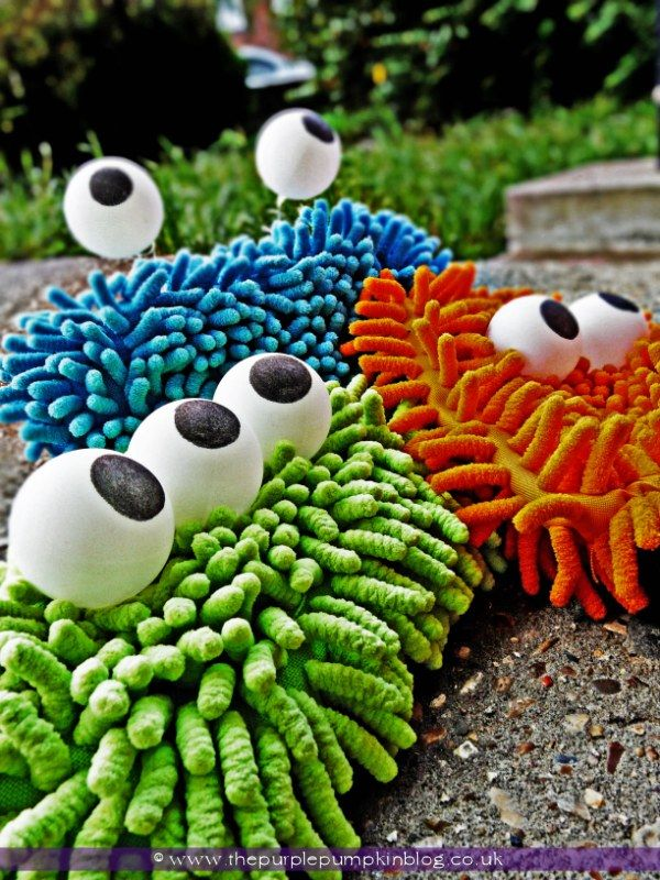 DIY:: Monsters :: microfibre cloths and ping pong balls :: super easy kids Halloween project craft