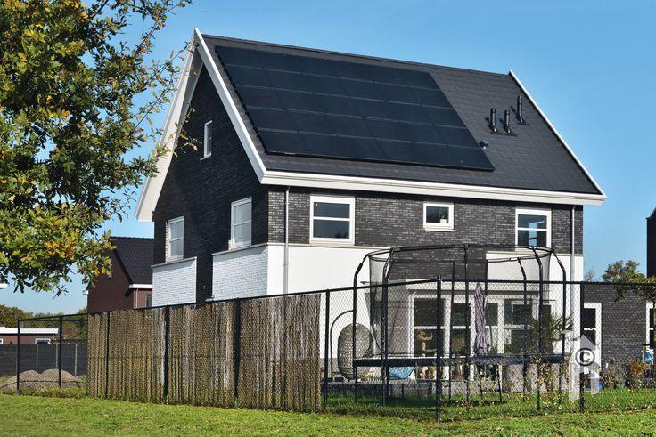 Traditioneel huis! Het casco staat echt in dagen, met lichtbetondelen opgebouwd, waartegen dan keurig gemetseld wordt. Sintelkleurige baksteen met donkere voeg. Andere delen zijn juist contrasterend wit gekeimd. Veel ramen. Het dak heeft een chic 'randje' gekregen met platte dakpannen en aan de zonzijde nog 30 pv-cellen. Links een garage/bijkeuken en een heerlijke uitbouw op de zon, met openslaande tuindeuren.