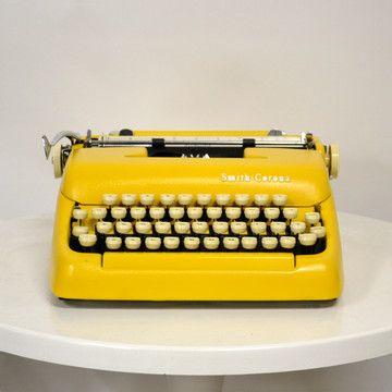 Máquina de escribir amarilla