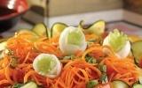 Ensalada Asiática  Fresca, muy colorida y festiva a la vista. Haz una rica combinación de zanahorias, pepino y tomates.