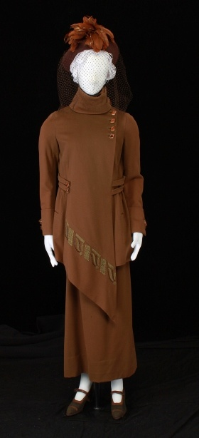 1920s suit ensemble that would look great today. Love that heavy pointed hemline on the jacket.